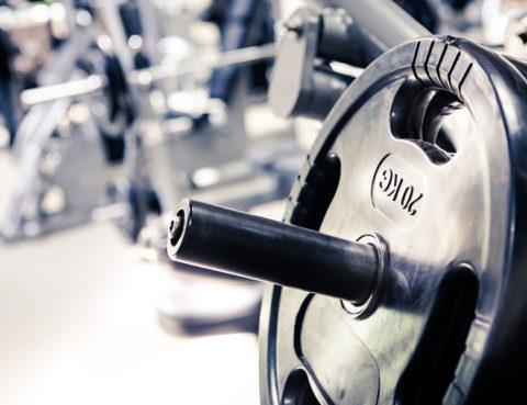 dizanje-utega-gym-teretana-vježbanje-bildanje-bučice-sport-moda